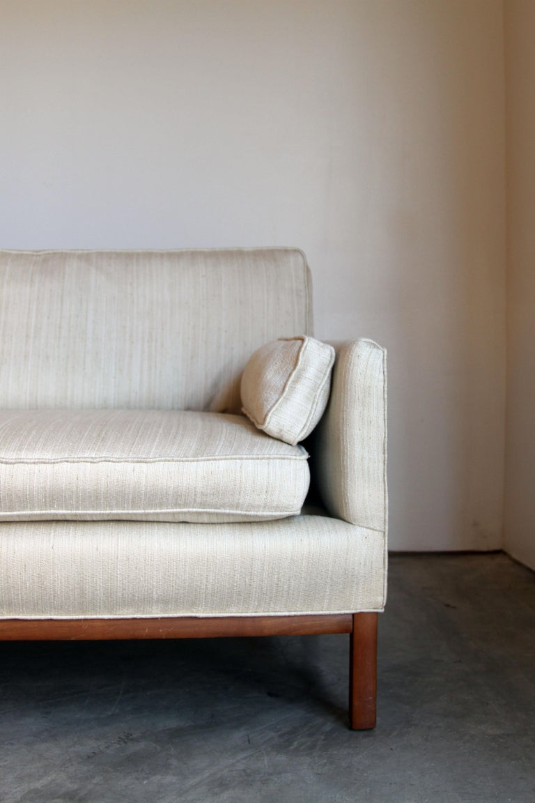 Mid-Century Modern Long and Low Sofa bei 1stdibs