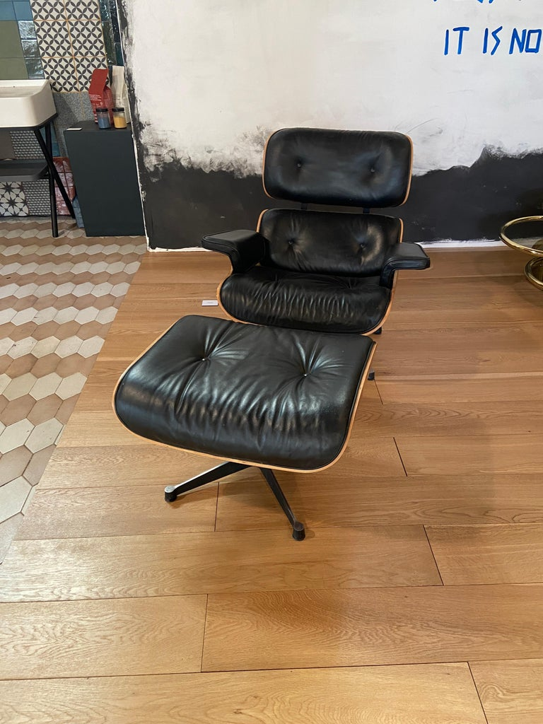 Vintage Eames style lounge chair with its ottoman. Size: Lounge chair: cm. 89 x 81 x H 83 (seat height cm.38) Ottoman: cm. 66 x 56 x H 40.