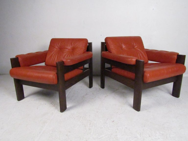 Mid-Century Modern Lounge Chairs with Tufted Upholstery, a Pair In Good Condition For Sale In Brooklyn, NY