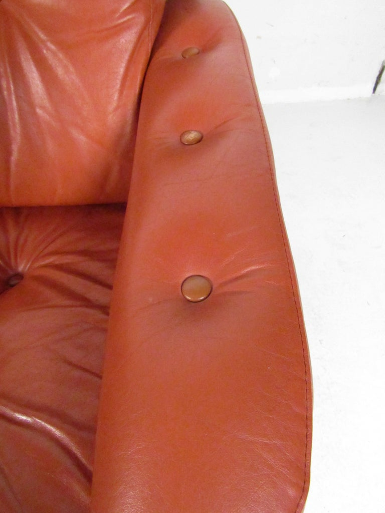 Mid-Century Modern Lounge Chairs with Tufted Upholstery, a Pair For Sale 2