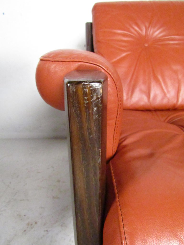 Mid-Century Modern Lounge Chairs with Tufted Upholstery, a Pair For Sale 3