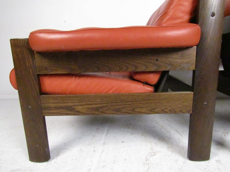 Mid-Century Modern Lounge Chairs with Tufted Upholstery, a Pair For Sale 4