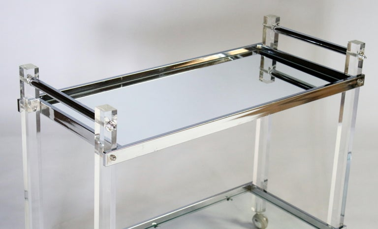 Mid-Century Modern Lucite and Chrome Bar Cart In Good Condition For Sale In Chicago, IL