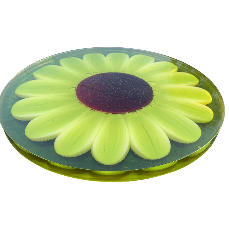 American Mid-Century Modern Lucite Cutting Board with Green Marguerite Daisy Flower Decor For Sale