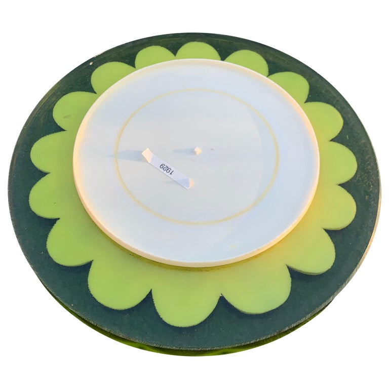 Mid-Century Modern Lucite Cutting Board with Green Marguerite Daisy Flower Decor In Good Condition For Sale In Haddonfield, NJ