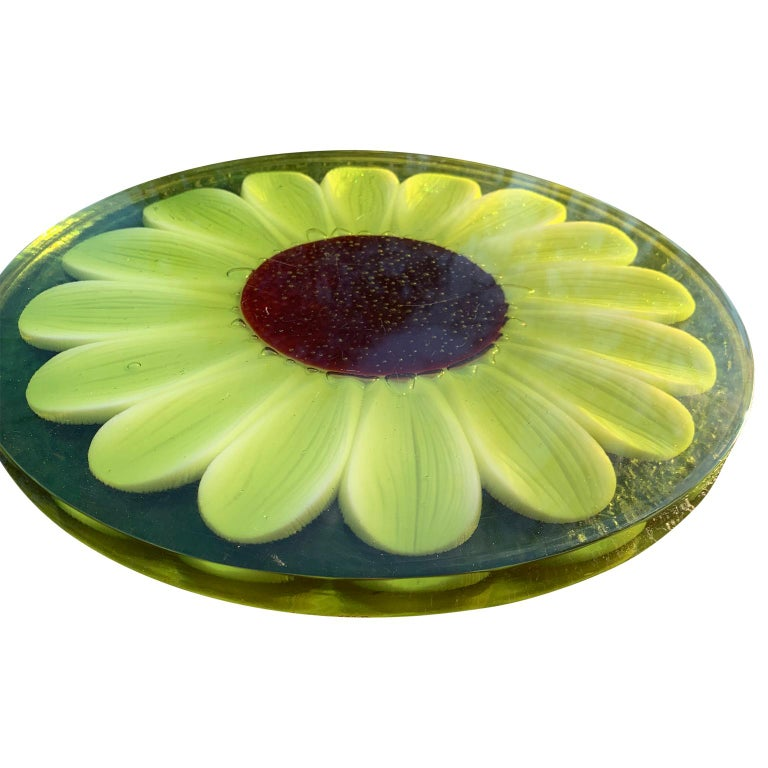 20th Century Mid-Century Modern Lucite Cutting Board with Green Marguerite Daisy Flower Decor For Sale