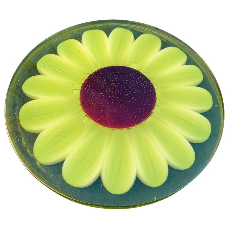 Mid-Century Modern Lucite Cutting Board with Green Marguerite Daisy Flower Decor For Sale