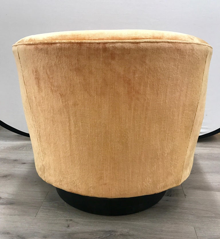 Mid-Century Modern Milo Baughman Peach Velvet Swivel Barrel Back Chairs In Good Condition For Sale In West Hartford, CT