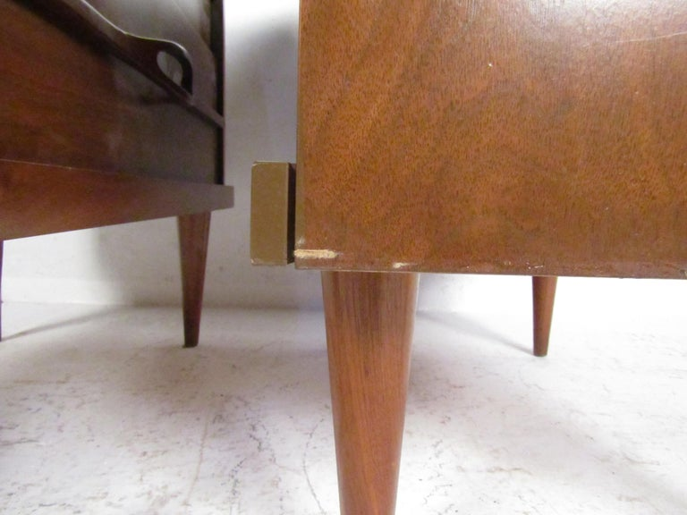 Mid-Century Modern Nightstands, a Pair For Sale 4
