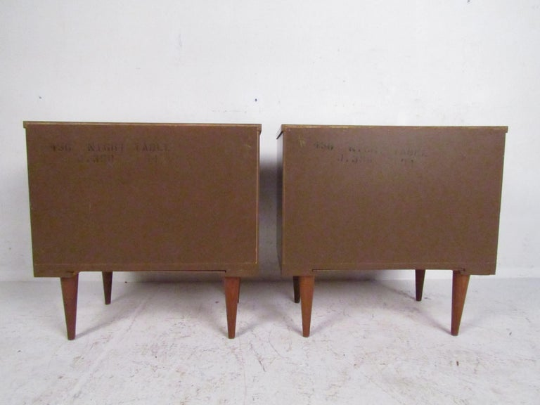 Mid-Century Modern Nightstands, a Pair For Sale 5