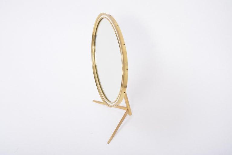 Mid-Century Modern Oval Brass Table Mirror by Vereinigte Werkstätten In Good Condition For Sale In Berlin, DE
