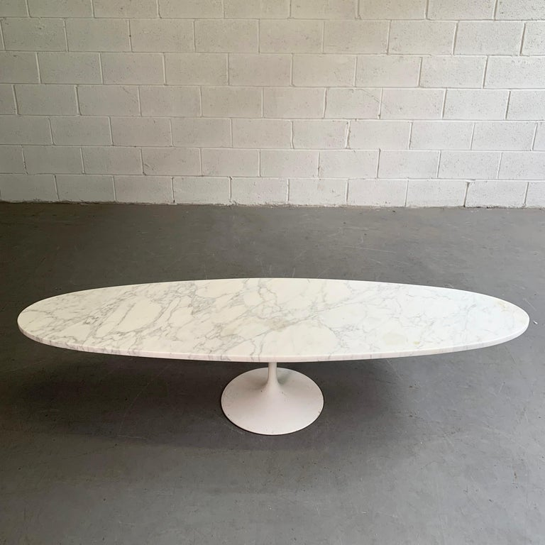Mid-Century Modern Oval Marble Tulip Base Coffee Table In Good Condition For Sale In Brooklyn, NY