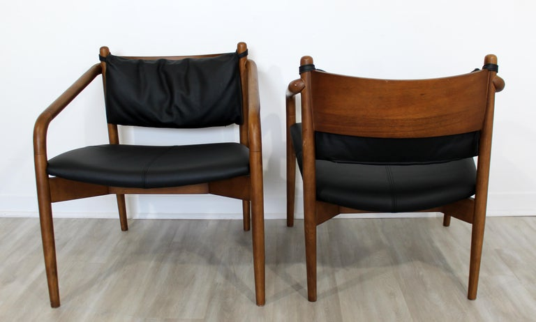 Late 20th Century Mid-Century Modern Pair of Curved Bent Wood and Leather Lounge Armchairs, 1970s For Sale