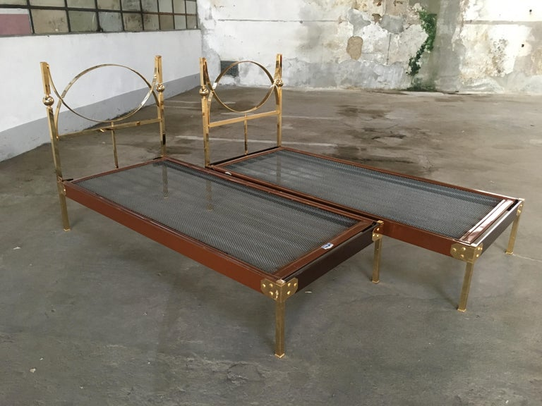 Mid-Century Modern Pair of Italian Single Beds with Gilt Headboard. 1960s In Good Condition For Sale In Prato, IT