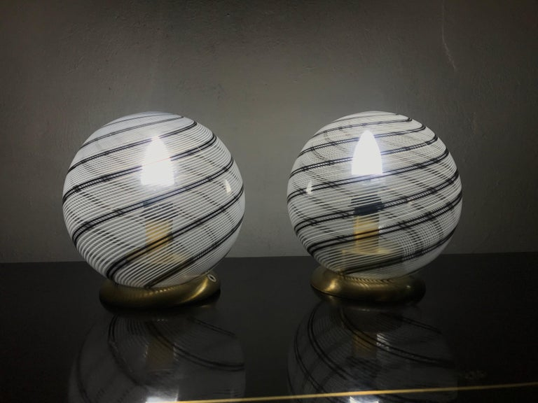Hand-Crafted Mid-Century Modern Pair of Venini Table Lamps in Brass and Murano Glass For Sale