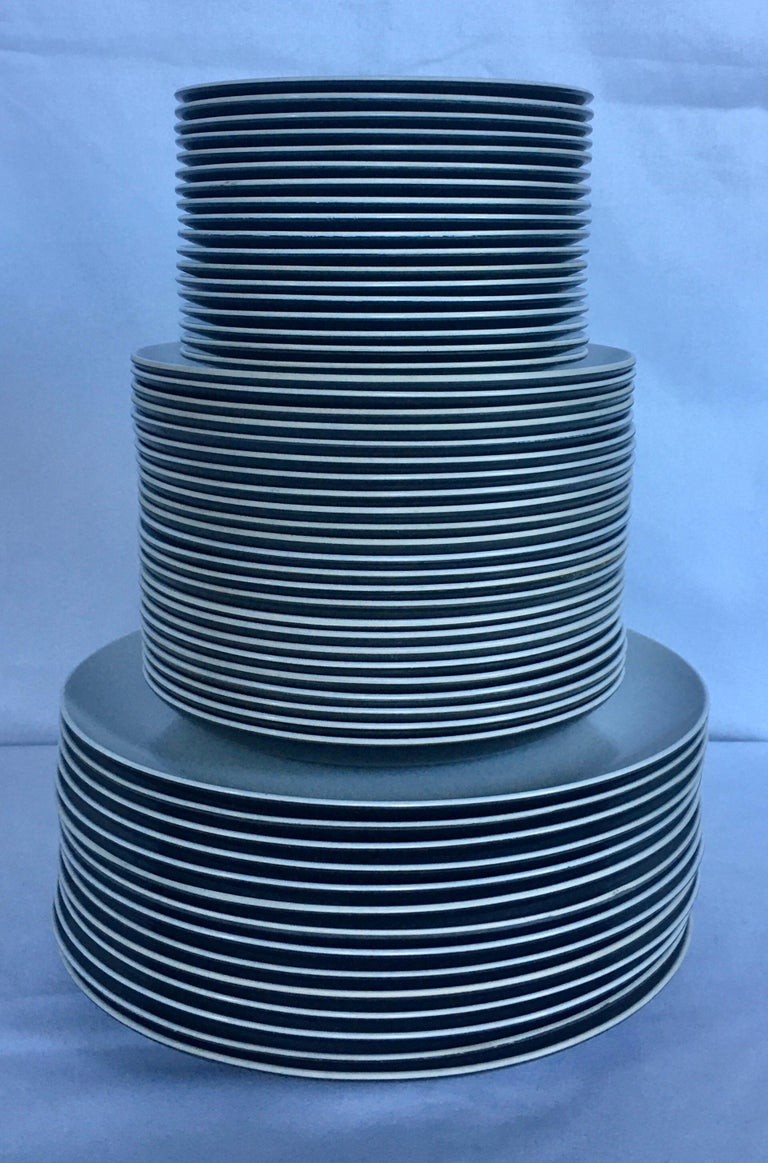 Mid-Century Modern Pan Am Airlines Melamine Plates Dinnerware Service, 1960s In Good Condition For Sale In Lambertville, NJ