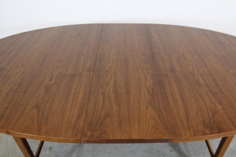 Mid-Century Modern Paul McCobb Style Walnut Extendable Dining Table For Sale 1