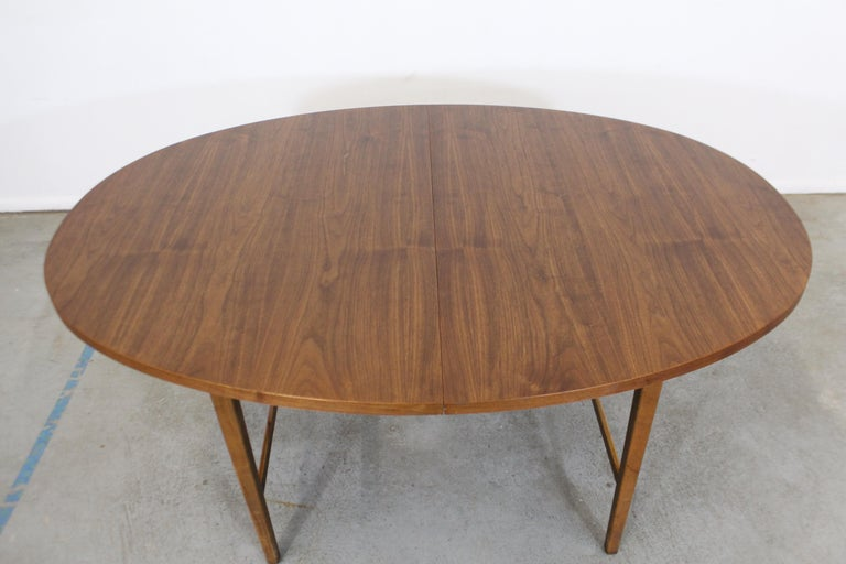 Mid-Century Modern Paul McCobb Style Walnut Extendable Dining Table In Good Condition For Sale In Wilmington, DE