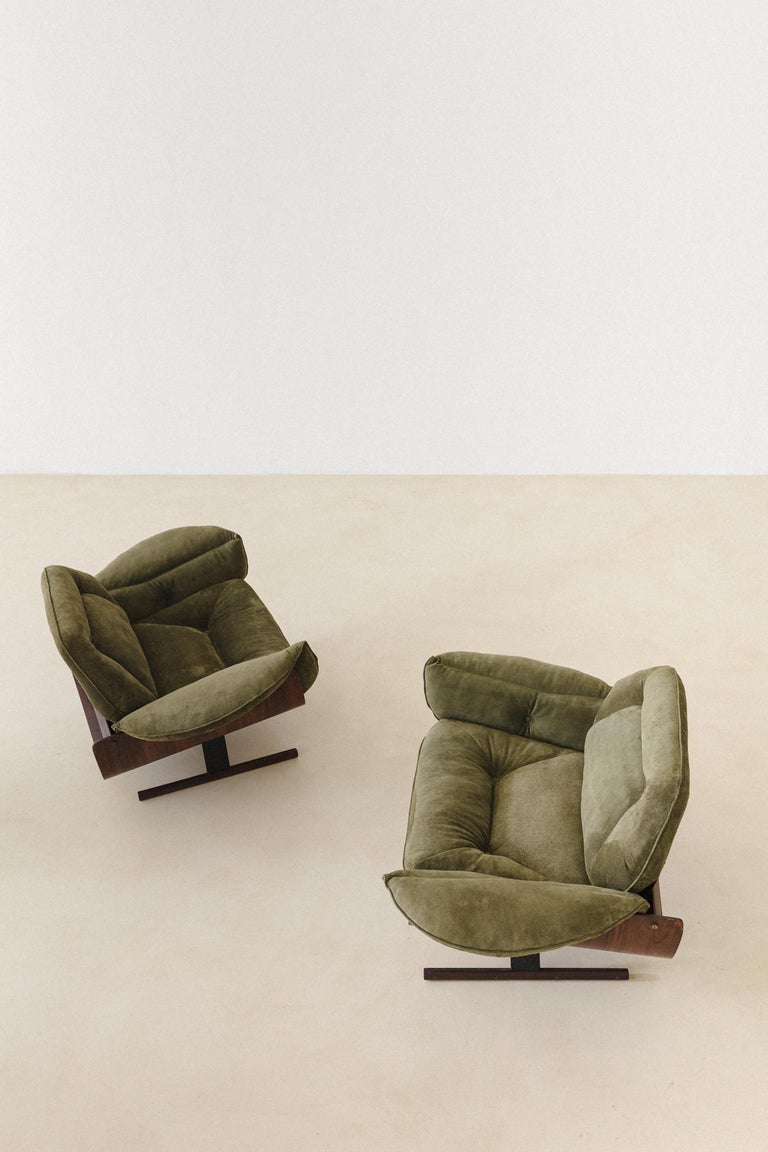 The iconic Presidencial is a series composed of a sofa and armchair designed by Jorge Zalszupin (1922-2020) in 1959 and produced by his company, L'atelier. The piece is made of molded laminate wood. Presidencial armchairs and sofa take advantage of