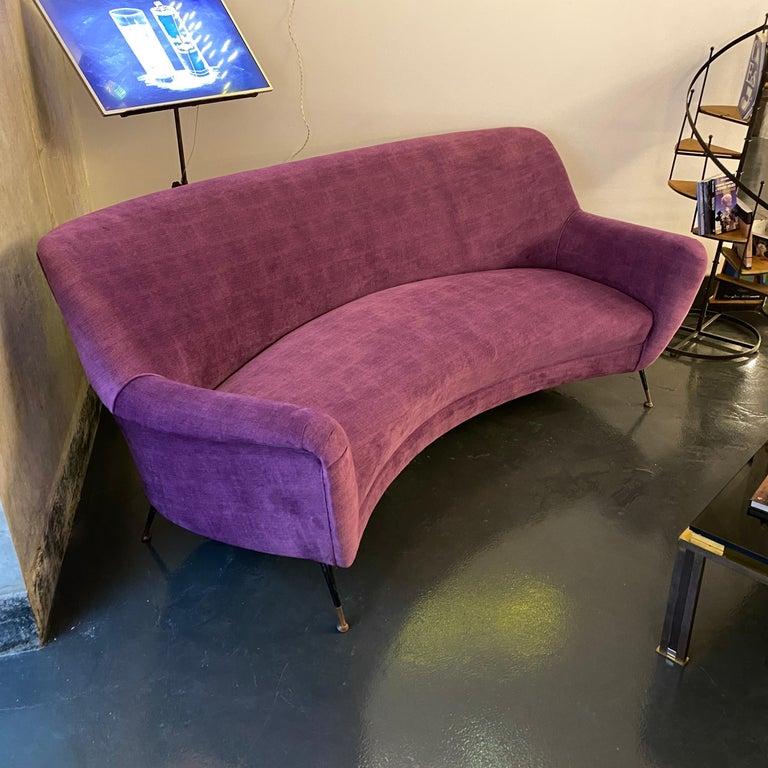 Mid-Century Modern Purple Velvet and Brass Italian Curved Sofa, 1960s For Sale 4