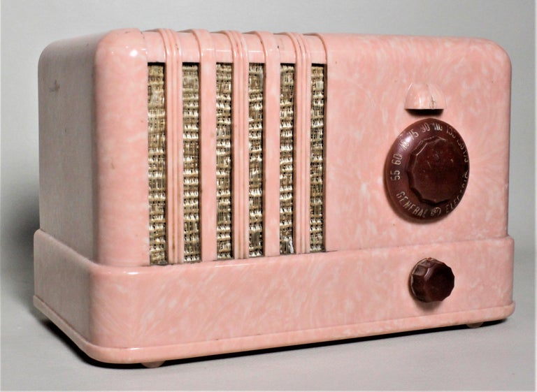 Canadian Mid-Century Modern Retro Pink General Electric Model C400 Tube Table Radio For Sale