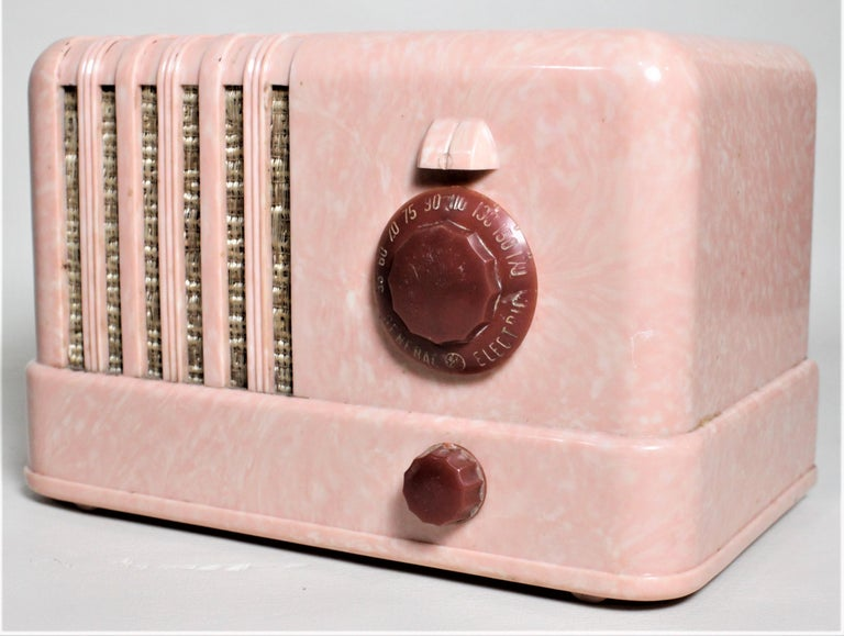 Machine-Made Mid-Century Modern Retro Pink General Electric Model C400 Tube Table Radio For Sale
