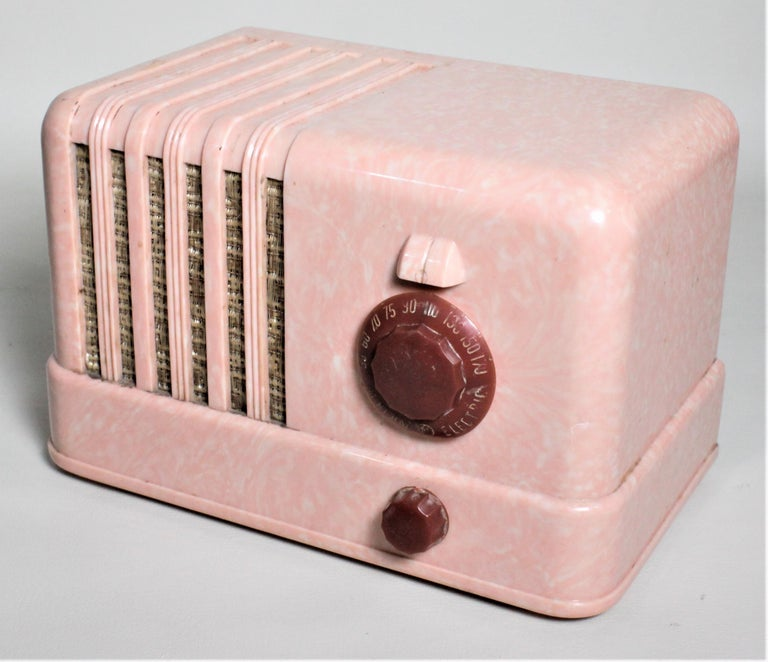 Mid-Century Modern Retro Pink General Electric Model C400 Tube Table Radio In Good Condition For Sale In Hamilton, Ontario