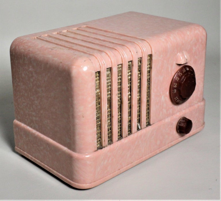 20th Century Mid-Century Modern Retro Pink General Electric Model C400 Tube Table Radio For Sale