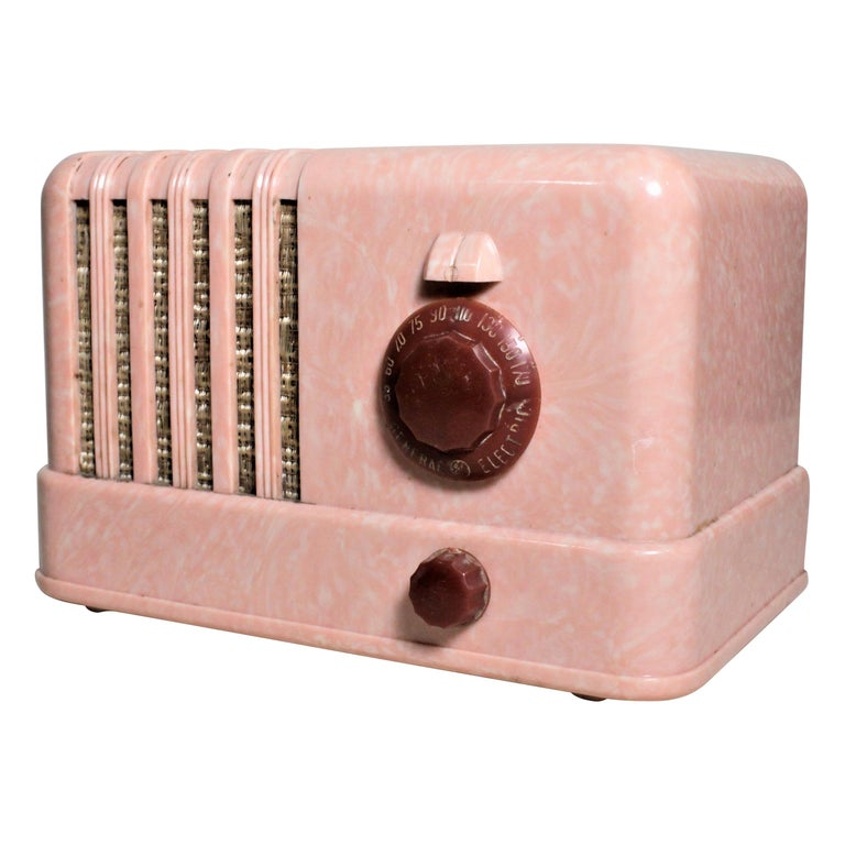 Mid-Century Modern Retro Pink General Electric Model C400 Tube Table Radio For Sale