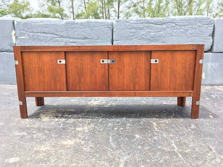 Mid-Century Modern Rosewood Credenza For Sale 7