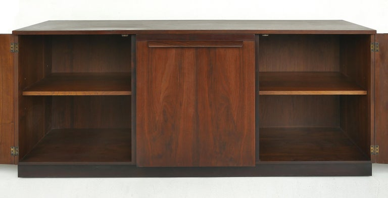 Mid-Century Modern Rosewood Credenza In Good Condition For Sale In Miami, FL