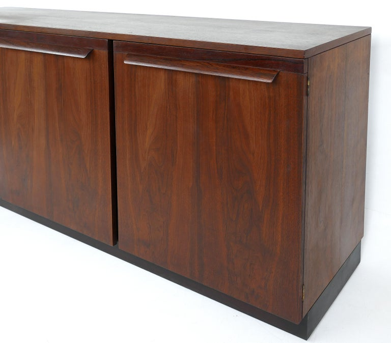 Mid-Century Modern Rosewood Credenza For Sale 1