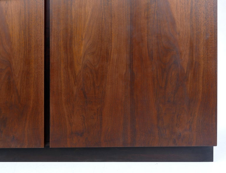 Mid-Century Modern Rosewood Credenza For Sale 2