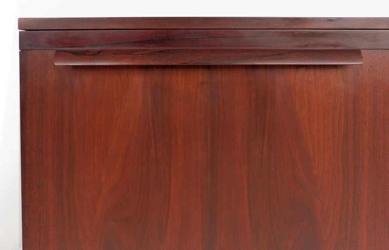 Mid-Century Modern Rosewood Credenza For Sale 4