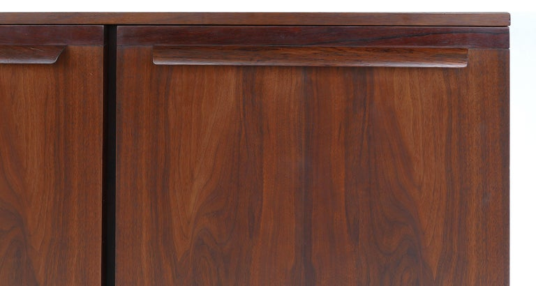 Mid-Century Modern Rosewood Credenza For Sale 5