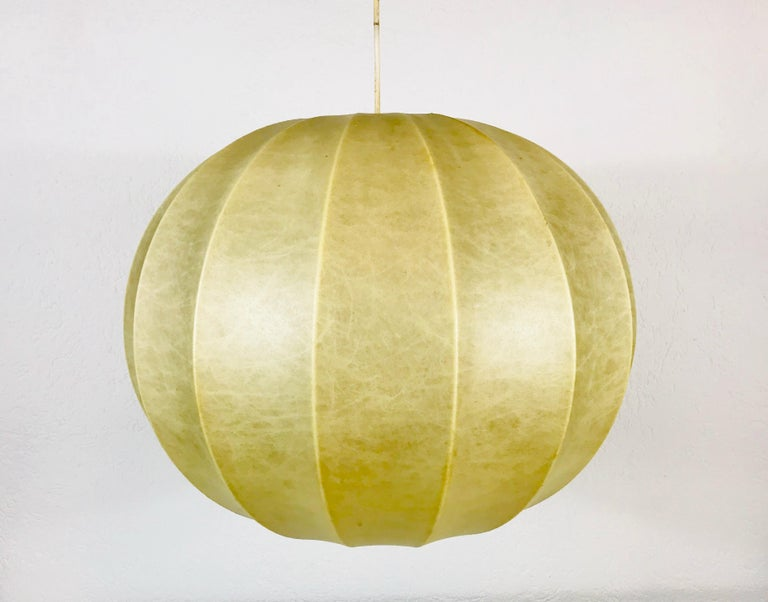A cocoon hanging lamp made in Italy in the 1960s. It has a beautiful round design, which is similar to the lamps made by Castiglioni. 