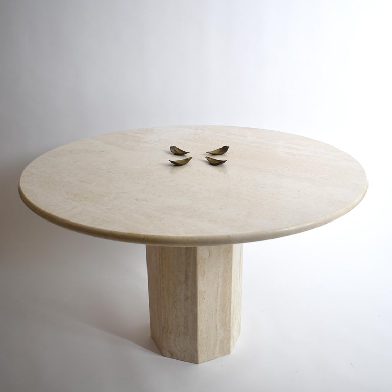 Mid-Century Modern Round Cream Travertine Dining Table, Italy, 1970 For Sale 1