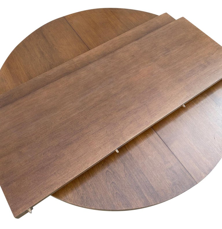 Mid-Century Modern Round Walnut Finish Dining Table by Paul McCobb 2 Leaves In Good Condition For Sale In BROOKLYN, NY