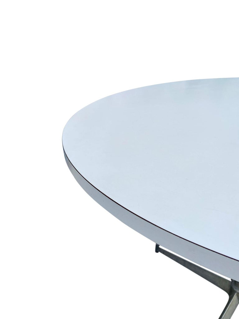 Mid-Century Modern Round White Laminate Dining Table by Paul McCobb In Good Condition For Sale In BROOKLYN, NY