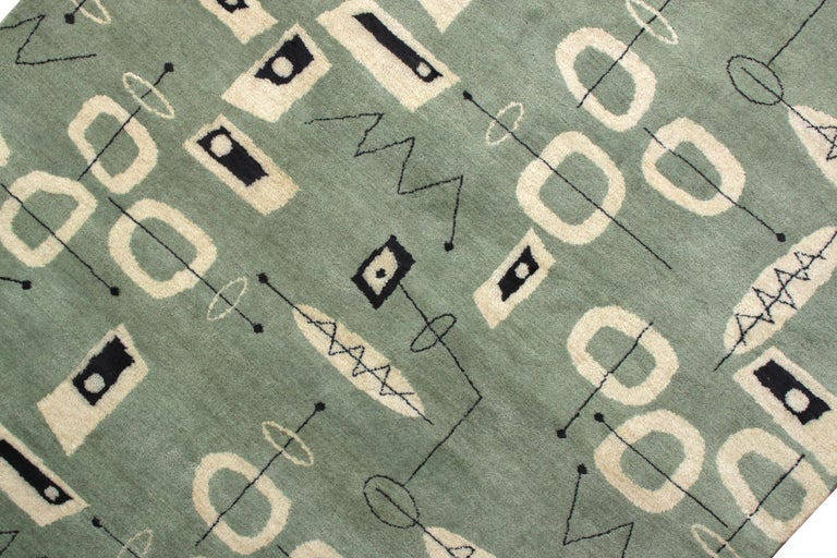 Mid-Century Modern Rug in Green and Beige All-Over Pattern by Rug & Kilim In New Condition For Sale In Long Island City, NY