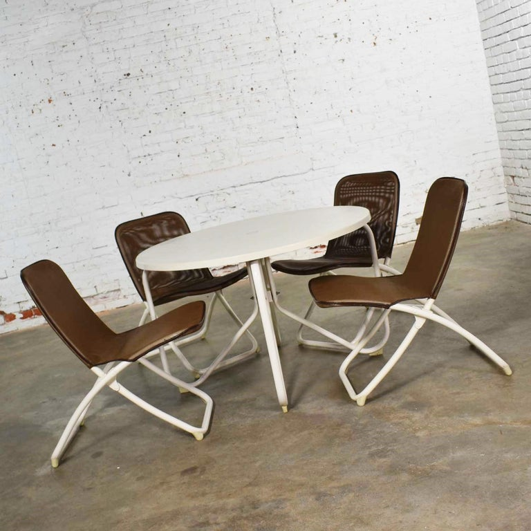 American Mid-Century Modern Samsonite Round Patio Dining Table and 4 Folding Sling Chairs For Sale