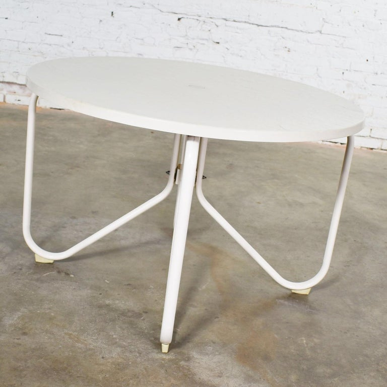20th Century Mid-Century Modern Samsonite Round Patio Dining Table and 4 Folding Sling Chairs For Sale