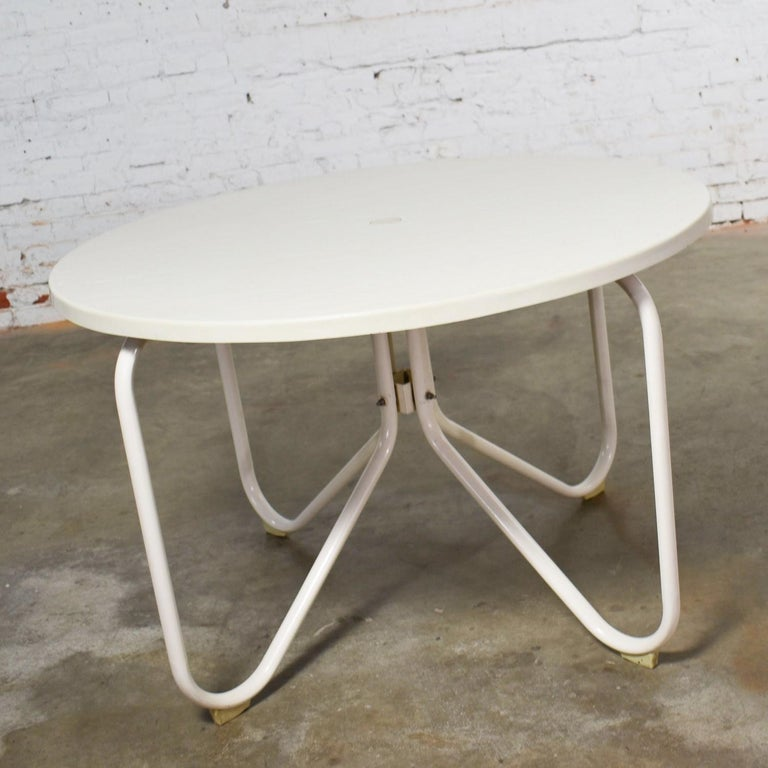 Enamel Mid-Century Modern Samsonite Round Patio Dining Table and 4 Folding Sling Chairs For Sale