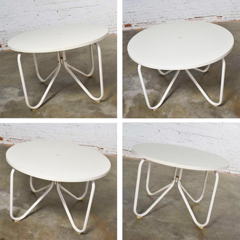 Mid-Century Modern Samsonite Round Patio Dining Table and 4 Folding Sling Chairs For Sale 1
