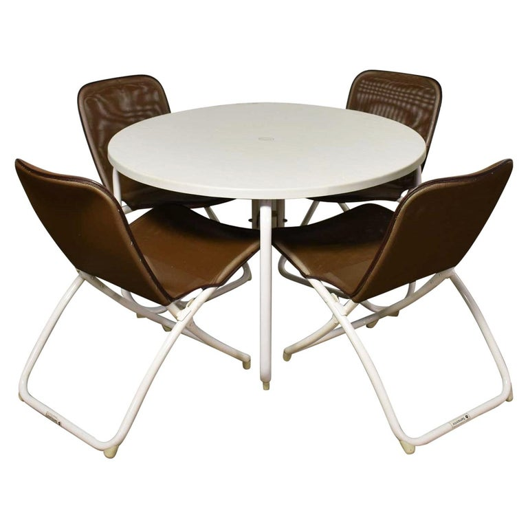 Mid-Century Modern Samsonite Round Patio Dining Table and 4 Folding Sling Chairs For Sale