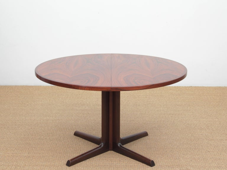 Mid-Century Modern Scandinavian dining table from Gudme Møbelfabrik in rosewood. Central leg. 2 extra leaves. 6 to 10 seats  Measures: H 72 x Ø 120 cm. Leaves L 50 cm. W max 220 cm.
