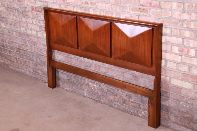 Mid-Century Modern Sculpted Walnut Diamond Front Headboard by United In Good Condition For Sale In South Bend, IN