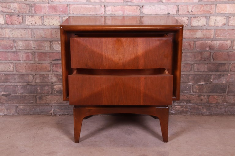 Mid-Century Modern Sculpted Walnut Diamond Front Nightstand by United, 1960s For Sale 5