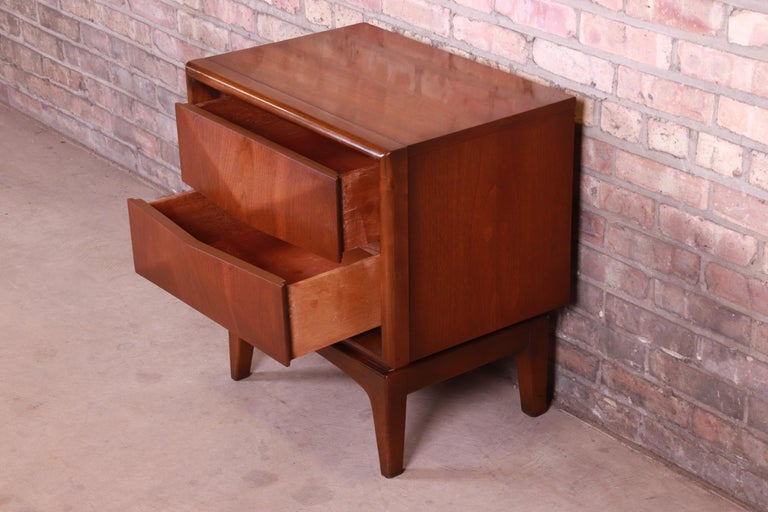 Mid-Century Modern Sculpted Walnut Diamond Front Nightstand by United, 1960s For Sale 6