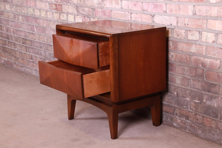 Mid-Century Modern Sculpted Walnut Diamond Front Nightstand by United, 1960s For Sale 7
